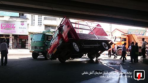 واژگونی کامیونت و فداکاری راننده کامیون در رشت2