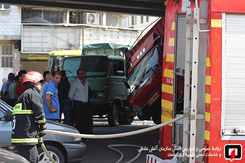 واژگونی کامیونت و فداکاری راننده کامیون در رشت3